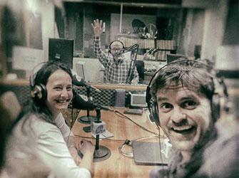 """Estudio de la '99.9 Valencia Radio' durante la grabación del programa """"Todo irá bien"""" con la participación de Yolanda Corral."""